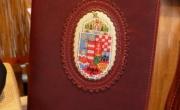 Könyvborító, A/5-ös könyvhöz, hímzett címerrel