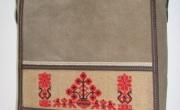 Kis tarisznya, hímzett díszítéssel (2) mérete: 24x26x8 cm