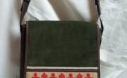 Kis tarisznya, hímzett díszítéssel (3) mérete: 24x26x8 cm